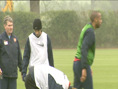 jose antonio reyes on football pitch wearing woolly hat gloves and white bib during arsenal fc training session london colney 18 may 04 - kopfbedeckung stock-videos und b-roll-filmmaterial