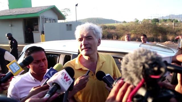 vídeos de stock, filmes e b-roll de jose manuel mireles fundador en 2013 de las desaparecidas autodefensas de mexico salio el viernes de prision y seguira su proceso por portacion de... - fundador