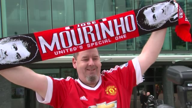 jose mourinho appointed manager of manchester united england manchester ext manchester united supporter holding up jose mourinho scarf outside old... - ジョゼ・モウリーニョ点の映像素材/bロール