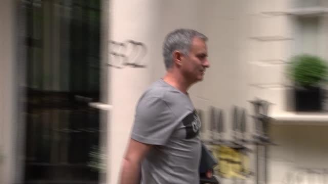 london belgravia ext jose mourinho along to his house with press around and into house - ジョゼ・モウリーニョ点の映像素材/bロール