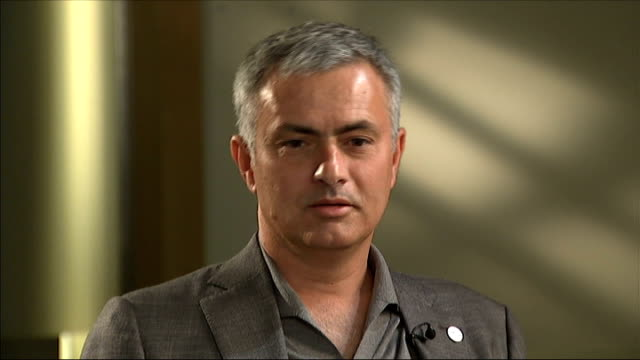 stockvideo's en b-roll-footage met jose mourinho becomes un ambassador against hunger; england: london: int jose mourinho and unidentified man posing with world food programme jacket... - publicatie