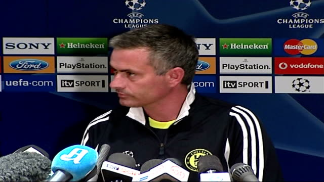 jose mourinho leaves chelsea fc by 'mutual consent' 1792007 stamford bridge photography** general view of press conference mourinho sitting at press... - ジョゼ・モウリーニョ点の映像素材/bロール