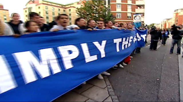 jose mourinho leaves chelsea fc by 'mutual consent' england london stamford bridge ext chelsea supporters with mourinho banner and chanting for jose... - chelsea fc bildbanksvideor och videomaterial från bakom kulisserna