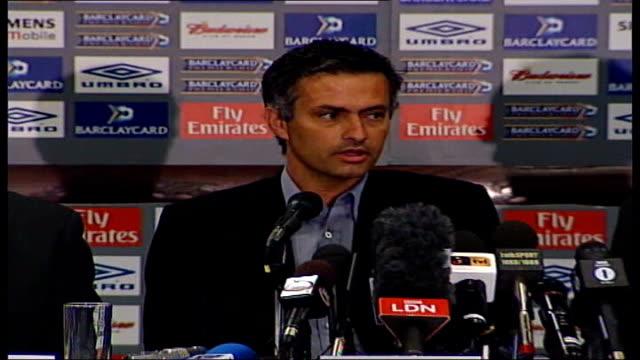 jose mourinho leaves chelsea fc by 'mutual consent' int mourinho shaking hands with kenyon at press conference mourinho speaking at press conference... - chelsea fc bildbanksvideor och videomaterial från bakom kulisserna