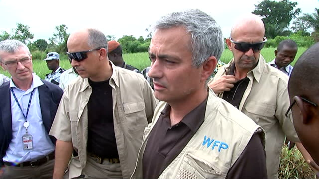 vídeos de stock e filmes b-roll de jose mourinho meets hiv patients and hungry children in africa; int mourinho leaving school with others ext jose mourinho interview sot - - you could... - retrovírus