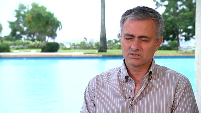 vídeos de stock e filmes b-roll de jose mourinho meets hiv patients and hungry children in africa; jose mourinho interview sot - mourinho along with crowd of people and waving int... - retrovírus