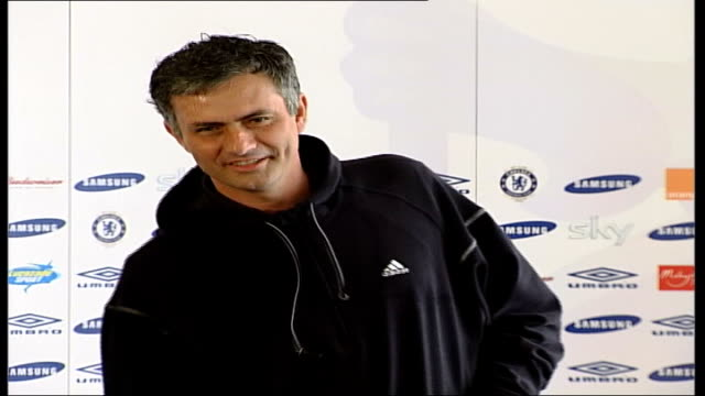 london int mourinho into press conference jose mourinho press conference sot compares pressure of being at top of premiership to the swan found with... - ジョゼ・モウリーニョ点の映像素材/bロール
