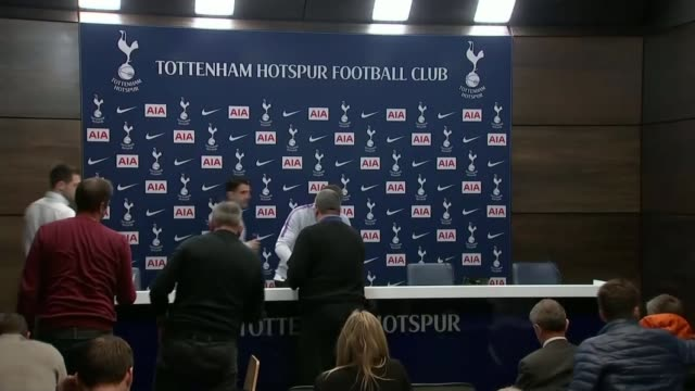 jose mourinho sacked from manchester united england london enfield hotspur way int mauricio pochettino along / press conference sot - ジョゼ・モウリーニョ点の映像素材/bロール