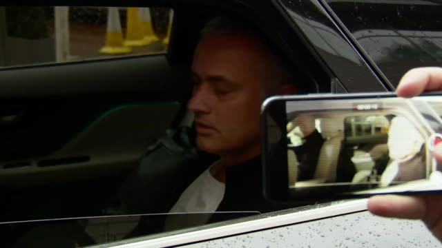 jose mourinho sacked from manchester united england salford manchester the lowry hotel photography** jose mourinho speaking to press from car as... - ジョゼ・モウリーニョ点の映像素材/bロール