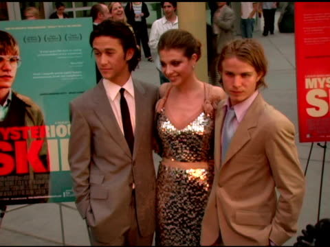 joseph gordon-levitt, michelle trachtenberg and brady corbert at the 'mysterious skin' los angeles premiere on may 24, 2005. - ミシェル・トラクテンバーグ点の映像素材/bロール