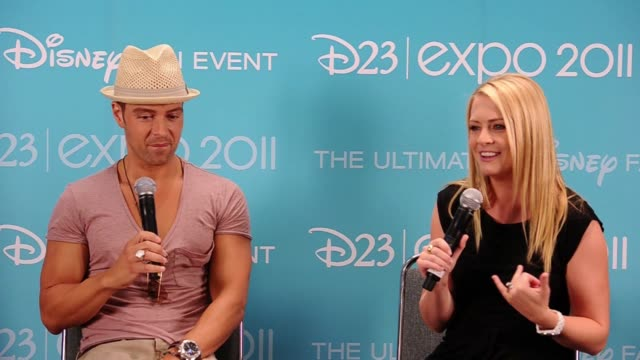 joseph lawrence and melissa joan hart on why they feel there is a place for comedies on network tv. - melissa joan hart video stock e b–roll