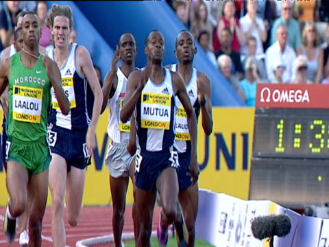 joseph mutua checking over his shoulder, winning men's 800m, 2004 crystal palace athletics grand prix, london - 800 metre stock videos & royalty-free footage