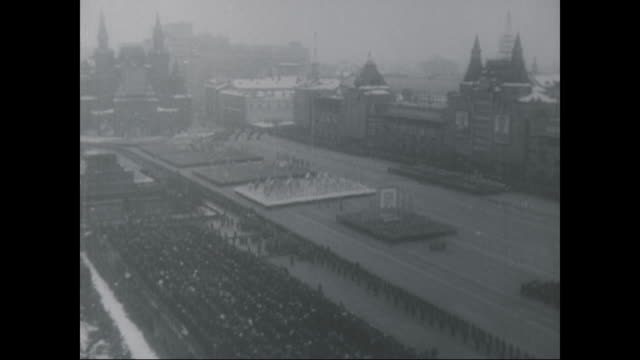 joseph stalin presides over the victory parade - 1945 stock-videos und b-roll-filmmaterial