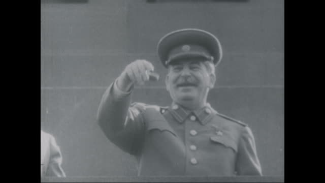 vidéos et rushes de joseph stalin smiles during the soviet victory parade. - communisme