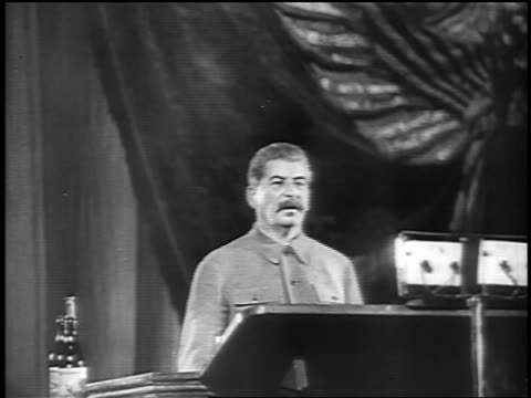 stockvideo's en b-roll-footage met joseph stalin standing at podium giving speech / russia - 1937