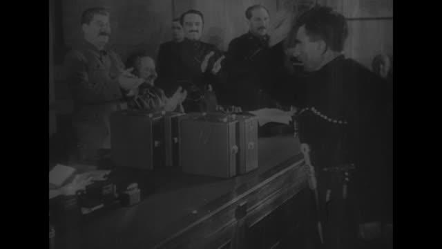 vídeos de stock e filmes b-roll de vs joseph stalin views construction site with aides // dnieprostroi russia vyacheslav molotov stalin's protege in workman's cap views construction... - joseph stalin