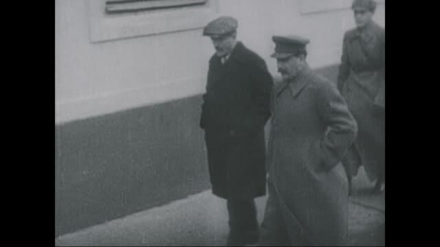 vídeos de stock e filmes b-roll de joseph stalin walks down the street circa 1924 - antiga união soviética
