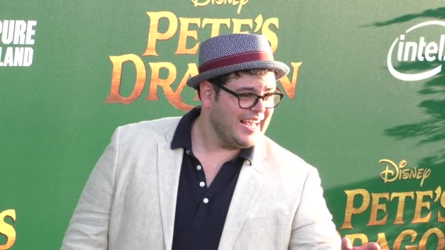 josh gad at the premiere of disney's pete's dragon at el capitan theatre in hollywood in celebrity sightings in los angeles, - エルキャピタン劇場点の映像素材/bロール