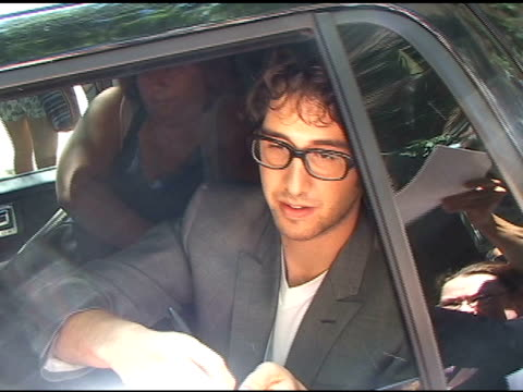 vídeos y material grabado en eventos de stock de josh groban signs autographs as he drives out of abc studio at lincoln center in new york 08/05/11 - autografiar