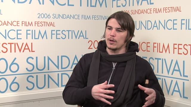 vidéos et rushes de josh hartnett discussing the working dynamic differences of being on a micro budget set versus a big budget movie viewing a first run for the movie... - festival de film