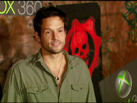 josh hopkins at the xbox 360 'gears of war' launch at hollywood forever cemetery in los angeles, california on october 25, 2006. - ギアーズオブウォー点の映像素材/bロール
