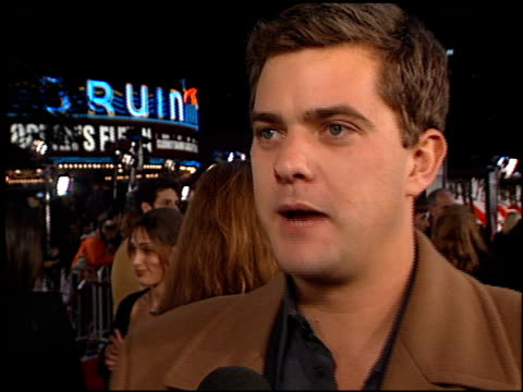 joshua jackson at the 'oceans 11' premiere at the mann village theatre in westwood california on november 5 2001 - regency village theater stock-videos und b-roll-filmmaterial