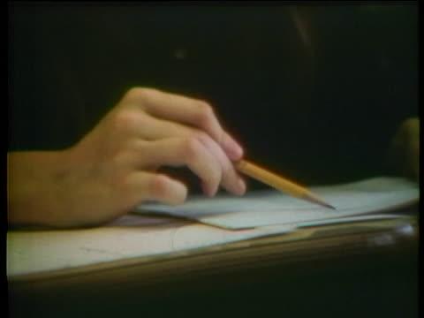 vidéos et rushes de journalism students at the university of north carolina take spelling and grammar tests. - étudiant en université