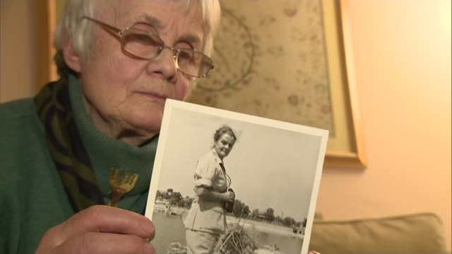vidéos et rushes de journalist clare hollingworth dies aged 105 jenny garrett looking at old photographs of aunt jenny garrett interview sot - tante
