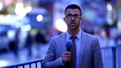 journalisten rapportering live i tv-nyheterna newscaster - journalist bildbanksvideor och videomaterial från bakom kulisserna
