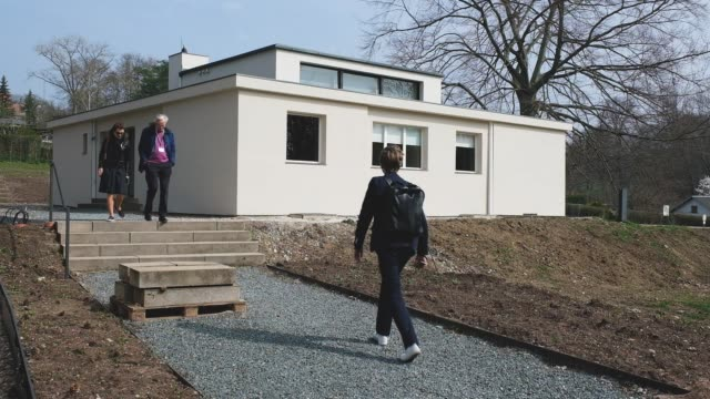 journalists arrive to inspect the haus am horn, an original bauhaus family house from 1923, during a press preview of the the new bauhaus-museum... - weimar video stock e b–roll