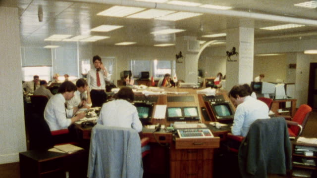 vidéos et rushes de 1985 montage journalists in an international paper office / city of london, england† - journalist