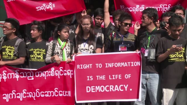 journalists in myanmar stage a protest to denounce new threats to press freedom and demand the release of a reporter the first to be jailed since... - fordern stock-videos und b-roll-filmmaterial