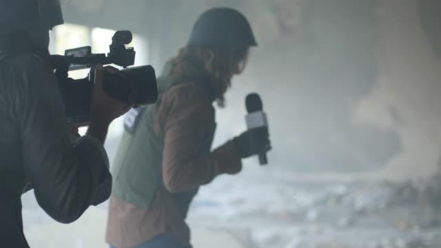 vídeos y material grabado en eventos de stock de periodistas en la zona de guerra - war