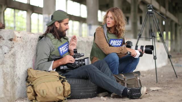 journalisten sitzen im kriegsgebiet - war stock-videos und b-roll-filmmaterial