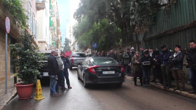 vidéos et rushes de journalists wait outside a residence of carlos ghosn former head of nissan motor co in beirut lebanon on january 02 2020 beirut received an arrest... - ghosn