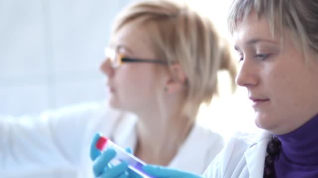viaggio in microbiologia - retrovirus video stock e b–roll