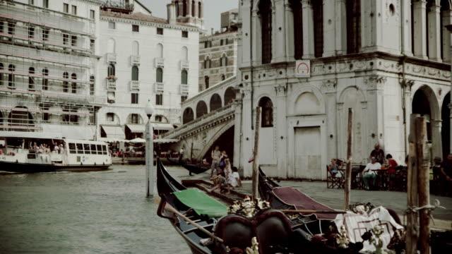 journey on the canal grande - besichtigung stock-videos und b-roll-filmmaterial