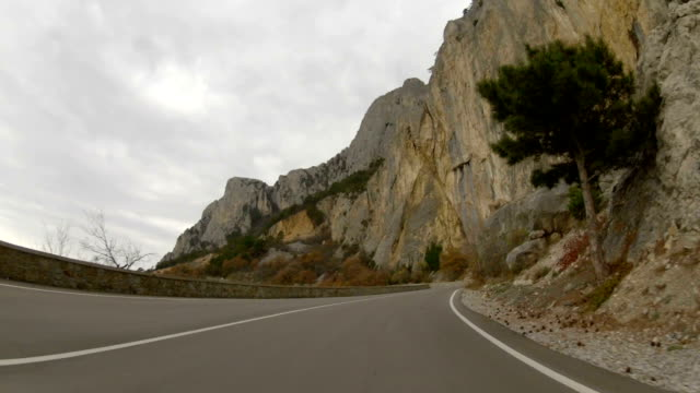 Reise bis zu den Bergen über die Autobahn