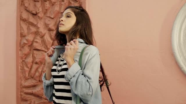 jovem mulher atraente modelo morena brasileira posando para câmera - celular com câmera stock videos and b-roll footage