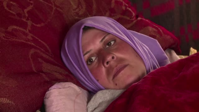jovenes madres sirias huidas a libano por la guerra en su pais encuentran consuelo en el nacimiento de sus hijos pese a las duras condiciones de vida... - vida guerra bildbanksvideor och videomaterial från bakom kulisserna