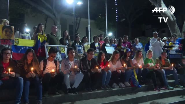 Jovenes venezolanos recordaron el martes en una vigilia a los muertos en protestas contra el gobierno de Nicolas Maduro mientras sigue el pulso...