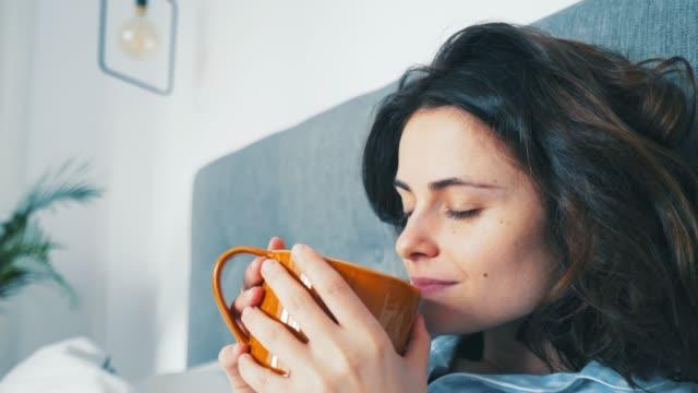 vídeos de stock, filmes e b-roll de alegria e liberdade em uma xícara de café. - caneca