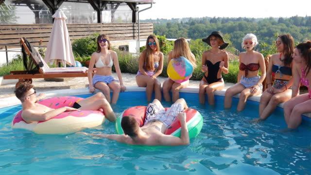 stockvideo's en b-roll-footage met vreugde bij het zwembad - poolparty