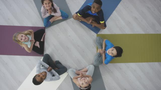 vídeos y material grabado en eventos de stock de alegría del yoga - centro de yoga