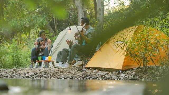 キャンプで楽しむ喜びのアジアの大家族。家族、ライフスタイル、人々、多世代、高齢者、休暇、関係、休日、退職、健康ケアと医学の概念。東南アジア・東アジア:世代家族 - ピクニック点の映像素材/bロール