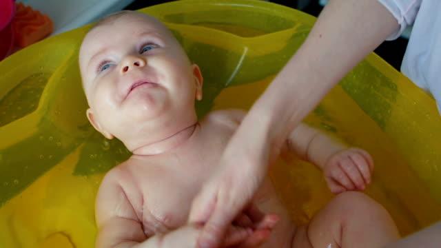 vídeos de stock e filmes b-roll de divertido banho de bebé - casa de banho doméstica