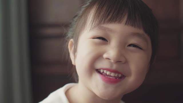vídeos y material grabado en eventos de stock de cu: niña alegre posando delante de la ventana - cabello corto
