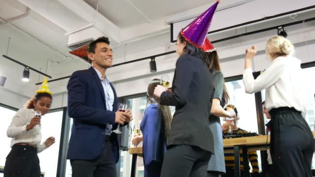stockvideo's en b-roll-footage met joyful business team gelukkig nieuwjaar feest en kerstfeest in de kantoren. - nieuwjaar