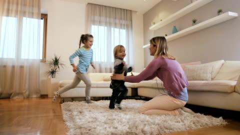 vídeos y material grabado en eventos de stock de niños alegres en los brazos de la madre en casa. - hijo