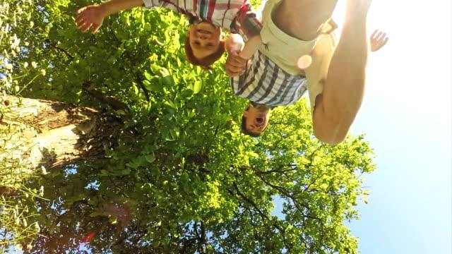 stockvideo's en b-roll-footage met slo mo vreugdevolle familie springen over de camera - 6 7 jaar